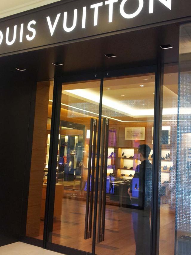 Những chiếc túi xách của Louis Vuitton đắt nhất có giá hơn vài trăm triệu đồng, còn thấp nhất cũng rơi vào khoảng 10 triệu đồng. Sự đắt đỏ này là nguyên nhân chính khiến người tiêu dùng Việt Nam đang thờ ơ với các hàng hiệu cao cấp này ở Tràng Tiền Plaza.