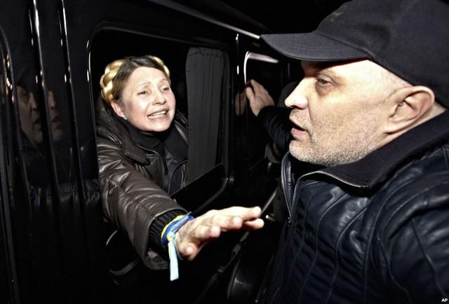 Cựu Thủ tướng Ukraine, bà Yulia Tymoshenko được chào đón bởi những người ủng hộ được trả tự do khỏi nhà tù ở Kharkiv.