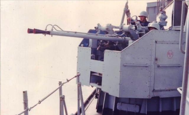 Pháo phòng không trên tàu 531 (Trung Quốc) khai hỏa