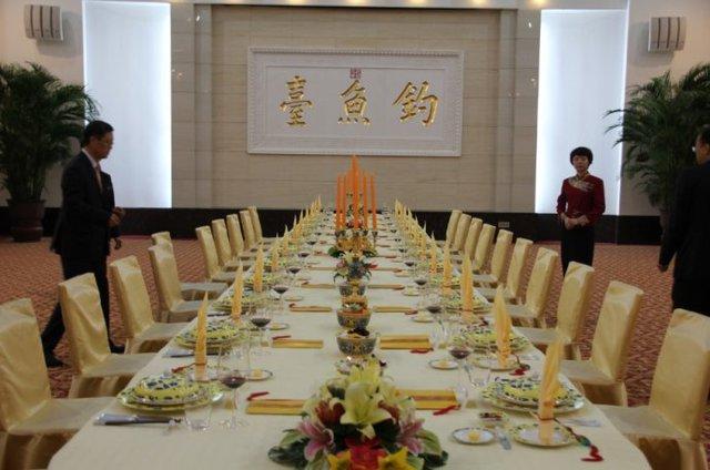 Một số phòng tổ chức tiệc, kể cả quốc yến, bên trong Nhà khách Điếu Ngư Đài.