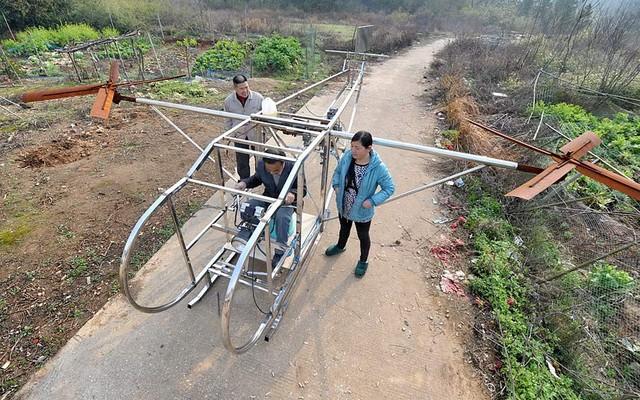 Một nông dân ngồi trên chiếc máy bay trực thăng tự chế tại ngôi làng Ganzhou, thành phố Mịch La, tỉnh Hồ Nam, Trung Quốc.