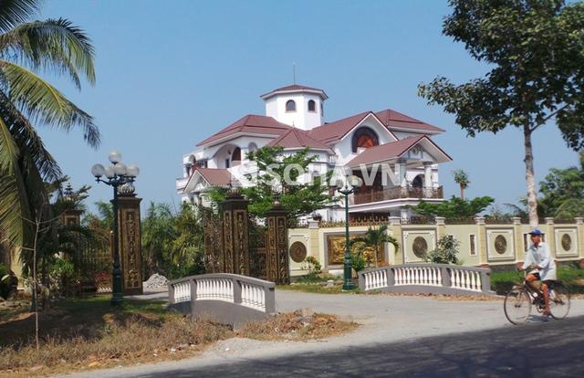 Căn biệt thự đang gây xôn xao dư luận của ông Truyền được xây dựng trên diện tích hàng ngàn m2 tại xã Sơn Đông, TP Bến Tre, tỉnh Bến Tre