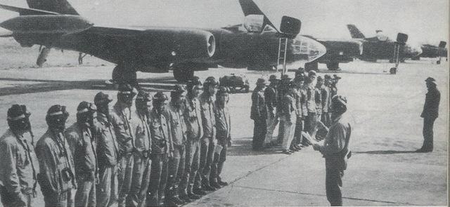 Phi công và đội ngũ kỹ thuật viên của IL-28