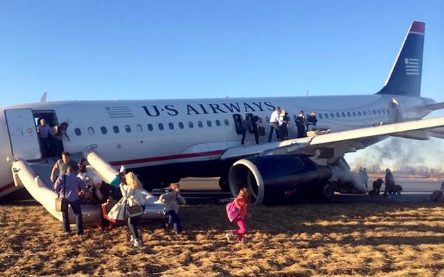 Hành khách sơ tán khỏi chiếc máy bay mang số hiệu Flight 1702 của hãng hàng không US Airways, sau khi phi công buộc phải hạ cánh khẩn cấp xuống sân bay ở Philadelphia , Mỹ, vì lốp bánh trước của máy bay bị nổ.