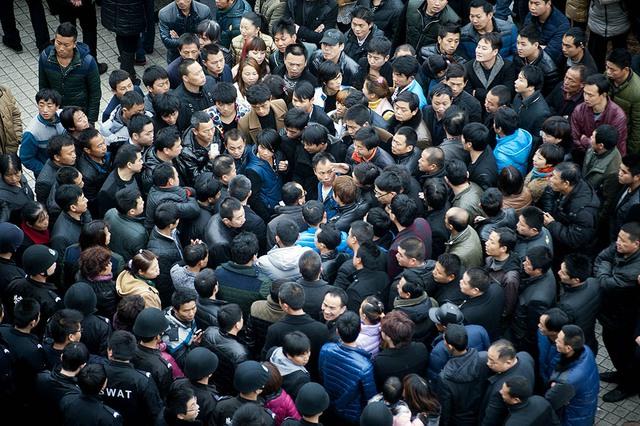 Công nhân dệt may tập trung biểu tình đòi cải thiện tiêu chuẩn an toàn lao động bên ngoài một nhà máy ở Ôn Lĩnh, tỉnh Chiết Giang, Trung Quốc.