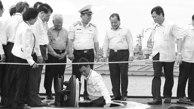 Các thành viên trong đoàn Thành ủy, UBND TP.HCM xuống thăm tàu ngầm HQ-183 TP Hồ Chí Minh. Ảnh: Quốc Việt