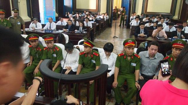 Các bị cáo trong phiên xét xử sáng 13-1. Ảnh Hoàng Điệp