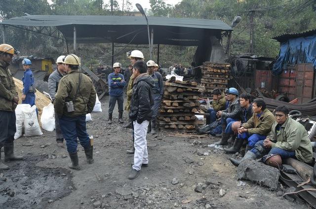 Các công nhân của công ty than Đồng Vông vẫn chưa hết bàng hoàng sau vụ cháy - Ảnh: G.L