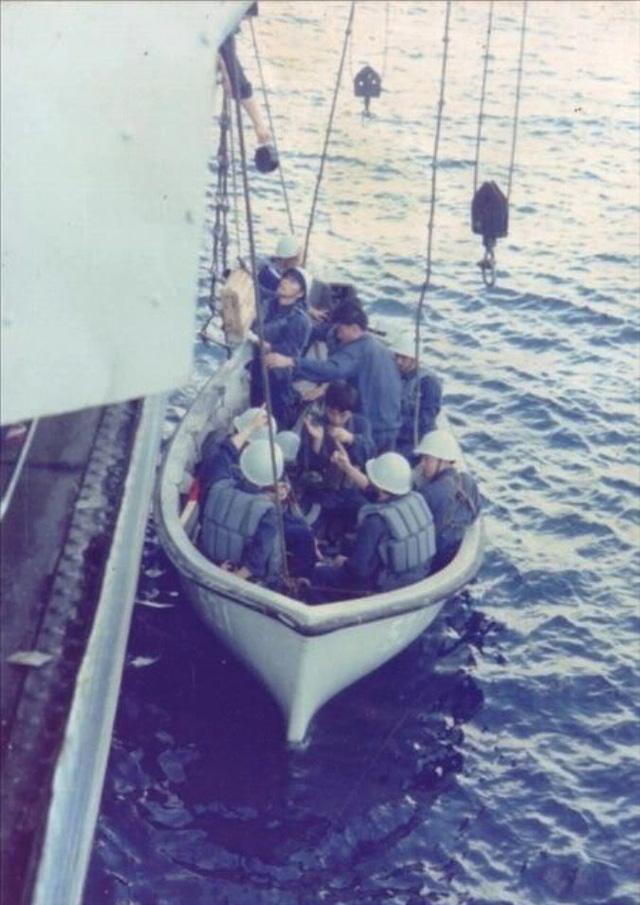 Đặc nhiệm Trung Quốc trở về tàu chiến