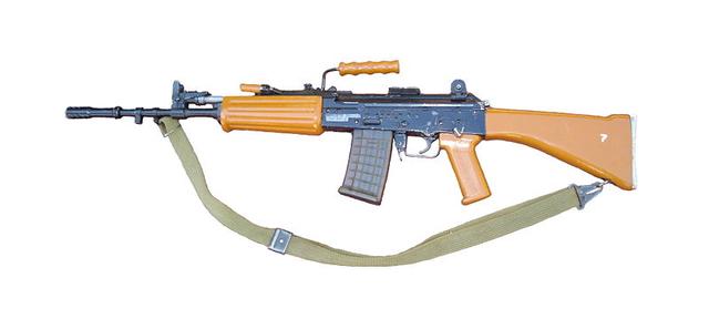 Nhưng phải đến những năm 80 của thế kỷ trước ý đồ chế tạo súng trường INSAS mới chính thức được khởi động, tuy nhiên do nhiều lý do loại súng trường này được sản xuất hàng loạt cũng từng bị trì hoãn do vấn đề liên quan tới đạn dược.