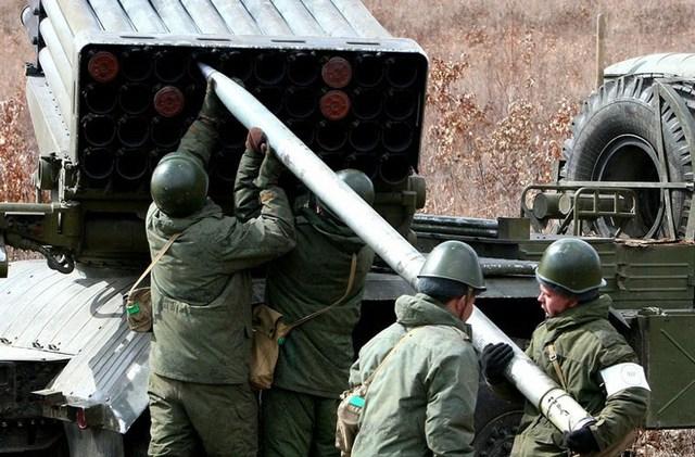Nạp đạn cho BM-21