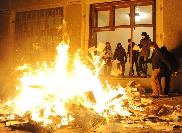 Người biểu tình chống chính phủ đốt tài liệu sau khi chiếm giữ một trụ sở cảnh sát ở thủ đô Kiev, Ukraine.