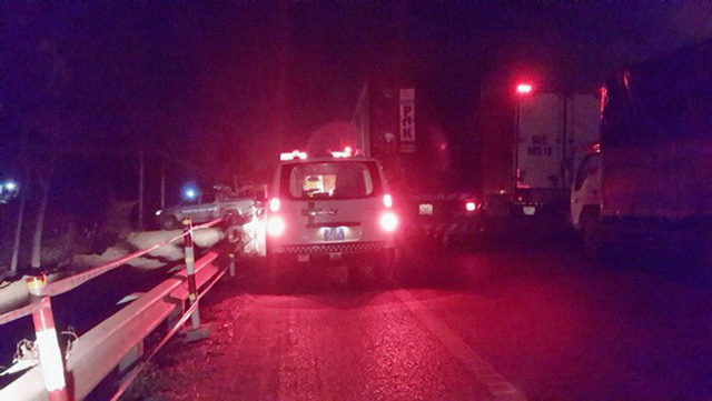 Một xe cứu thương không thể chen vào dòng xe cộ đang kẹt cứng.