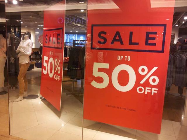 Một nhân viên tại quầy bán quần áo siêu cao cấp tại Tràng Tiền Plaza bật mí: Khi có chương trình khuyến mại, lượng khách tới xem có tăng lên so với ngày thường, tuy nhiên, lượng mua không đáng kể.
