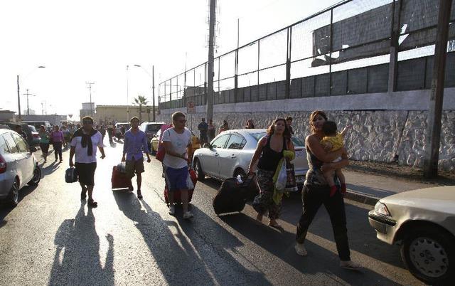 Mọi người sơ tán tới nơi an toàn vì cảnh báo sóng thần sau trận động đất mạnh 6,5 độ richter ở Iquique, Chile.