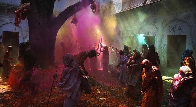 Những người theo đạo Hindu chơi đùa với bột màu trong lễ hội Holi ở Vrindavan, Ấn Độ.