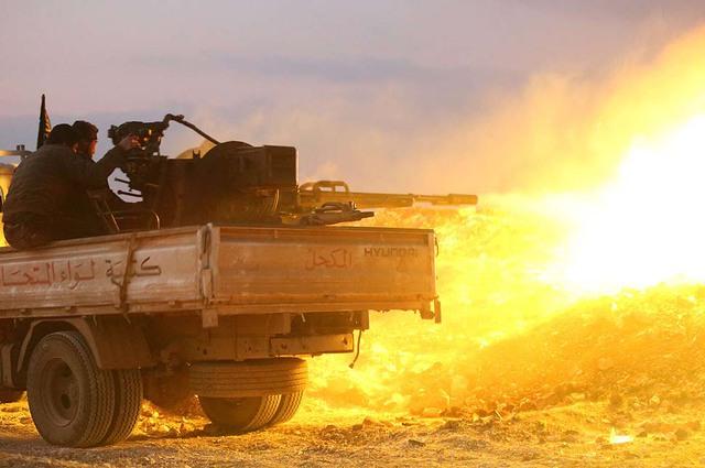 Chiến binh xả súng hạng nặng nhằm vào quân đội chính phủ gần thành phố Hama, Syria.
