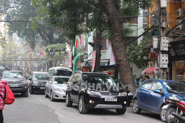 Chiếc xe màu đen do NSƯT Chí Trung điều khiển dẫn đầu đoàn diễu hành.