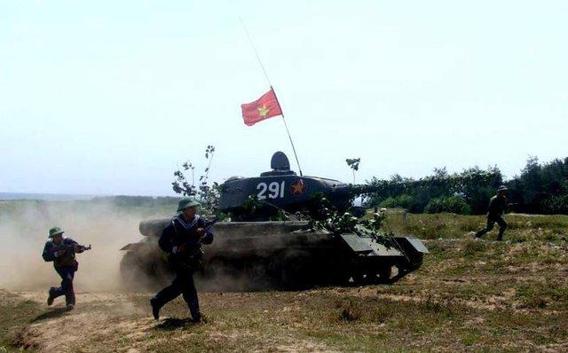 T-34/85 huấn luyện cùng với Hải quân
