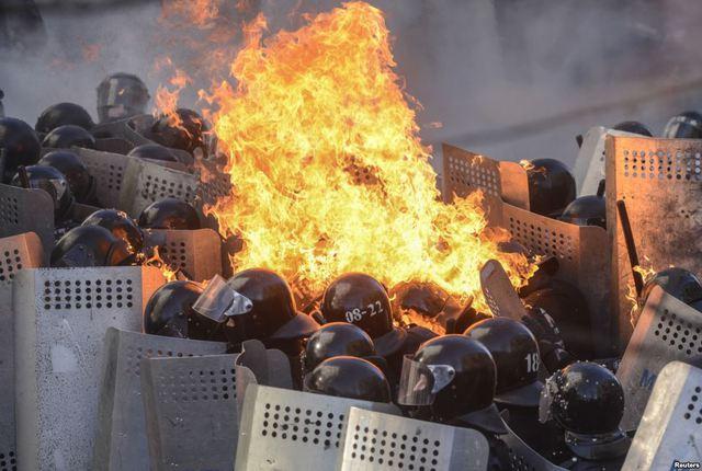 Cảnh sát chống bạo động bị bắt cháy sau khi bị người biểu tình ném bom xăng ở Kiev, Ukraine.