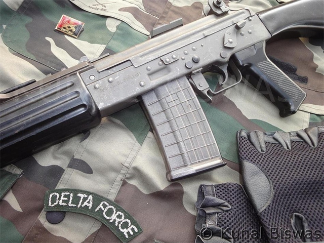 Về thiết kế, súng trường INSAS có thiết kế dựa trên súng trường Kalashnikov AK-47, nhưng với nhiều thay đổi. Hệ thống nạp đạn bằng khí nén cơ bản gồm một ống trích khí dài, thoi nạp đạn xoay và một thanh quay bánh răng đó là mô hình của Kalashnikov. Hệ thống trích khí có khả năng điều khiển lượng khí trích bằng tay là thiết kế có thể tìm thấy trên khẩu FN FAL cũng như hệ thống ngắt trích khí. Tay cầm cũng được thiết kế để có thể sử dụng hiệu quả được bằng tay trái và tay phải giống như khẩu HK G3 của Đức.
