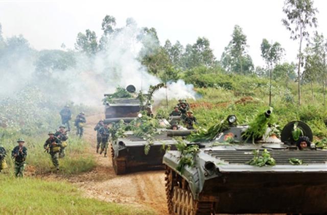Ngoài ra BMP-2 còn được trang bị bệ phóng tên lửa chống tăng 9M113 hiện đại hơn mẫu 9M11 trên BMP-1 (Trong ảnh: xe chiến đấu bộ binh BMP-1)
