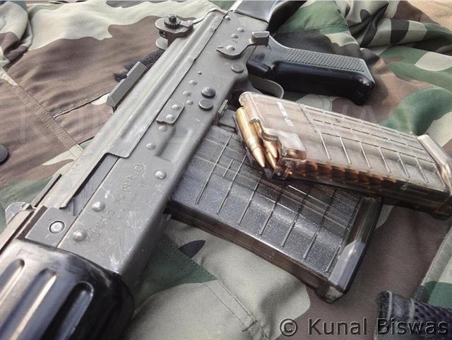 Súng trường tấn công INSAS có chế độ bắn bán tự động và 3 viên một lúc rất giống với loại súng M16 của Hoa Kỳ. Được thiết kế từ hệ thống INSAS, INSAS Excalibur Mark-I được thiết kế với báng súng gấp và băng đạn 20 - 30 viên. Nó còn được gắn thêm thanh răng phía trên thân súng để có thể gắn ống ngắm điện tử.