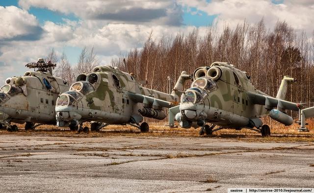 Trang bị hỏa lực chính của Mi-24 có thể là đại liên 12,7mm hoặc pháo 30mm. Bênh cạnh đó, Mi-24 còn có từ 6-8 móc treo để lắp bom, rocket và tên lửa chống tăng có điều khiển.