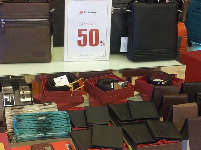 Cũng theo ông H, hàng hiệu ở nước ngoài có khi còn rẻ hơn ở Việt Nam. Ví dụ, chiếc túi xách hiệu L mua tại Singapore rẻ hơn ở Việt Nam 20%, mắt kính C mua ở Hong Kong rẻ hơn 30%.