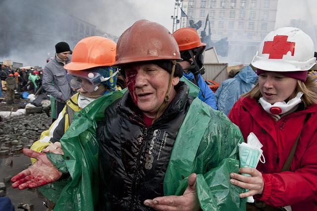 Một người biểu tình được đưa đi sơ tán sau khi bị thương trong cuộc đụng độ với cảnh sát trên quảng trường Độc lập ở thủ đô Kiev, Ukraine.