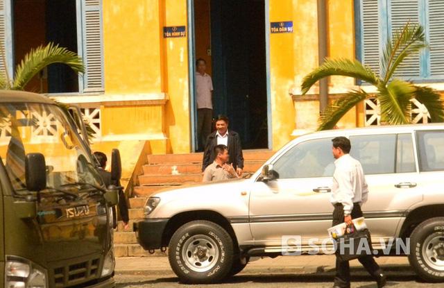 Sáng cùng ngày ông Nguyễn Bá Thanh tiếp tục đến dự phiền tòa xét xử Huyền Như