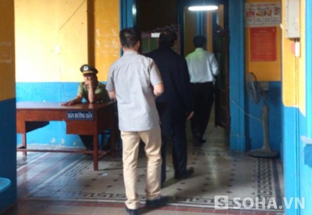 Ông Nguyễn Bá Thanh cùng 2 người đến TAND TP.HCM