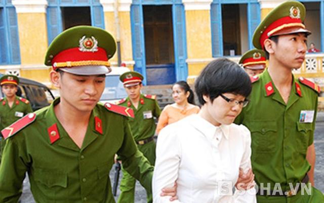 Huyền Như và các bị cáo khác được dẫn giải đến tòa