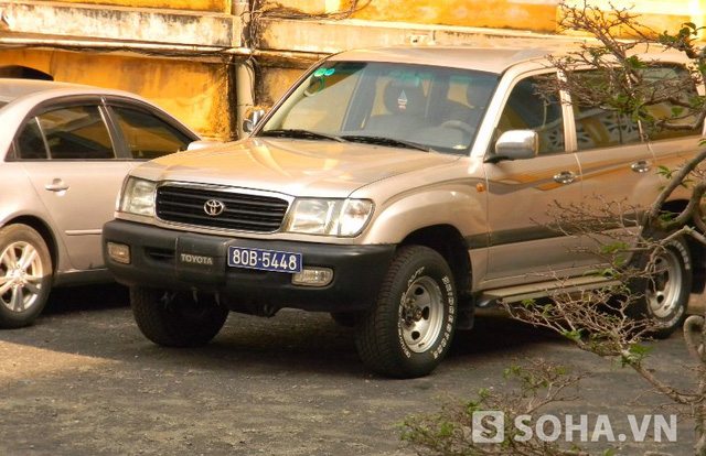 Chiếc ô tô chở ông Nguyễn Bá Thanh đến đỗ tại sân tòa