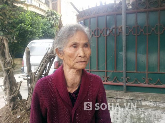 """Bà Nguyễn Thị Minh (bà nội em Quyên): """"Nghe tin con Quyên nó bị nạn, cả đêm tôi thức trắng luôn. Chỉ mong cho nó qua khỏi được nạn này""""."""