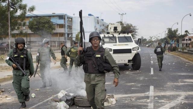 Vệ binh quốc gia và Lục quân Venezuela với xe bọc thép VN-4 đang làm nhiệm vụ trấn áp cuộc biểu tình chống chính phủ ở Valencia, Venezuela hôm 26/2