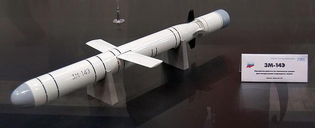 Thứ ba là tên lửa hành trình đánh đất 3M-14E với tầm bắn tối đa 300km, tốc độ tối đa 0,8 Mach, đầu đạn nặng 400kg.