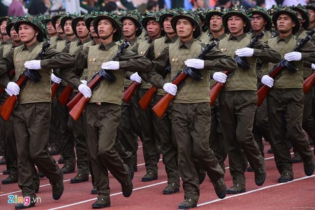 Tái hiện hình ảnh những người lính mặc áo trấn thủ, đội mũ đan lưới ngụy trang trong trận đánh lịch sử năm xưa. Nguồn Zing News