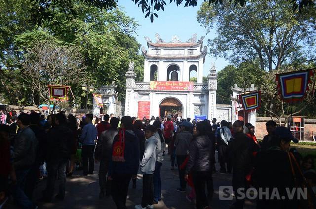 Mặc dù ngay từ sáng mùng 1 Tết trời đã nắng nhưng rất đông người đến Văn Miếu