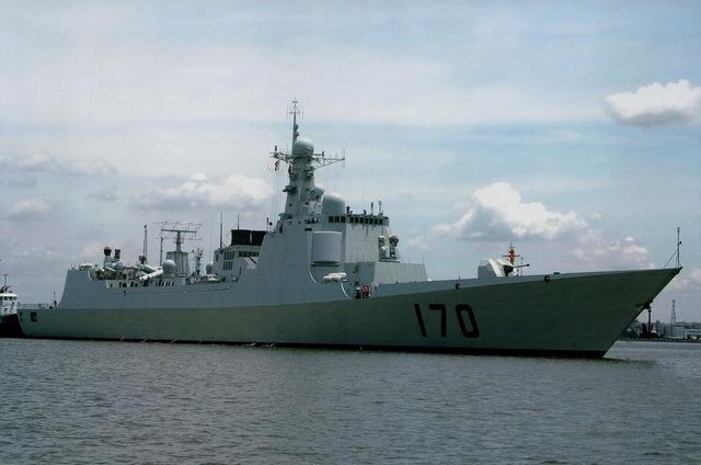 Với Trung Quốc, lực lượng nòng cốt để giúp họ thực hiện âm mưu bá quyền ở Biển Đông là Hạm đội Nam Hải. Hiện nay, trong biên chế của Hạm đội Nam Hải có 11 tàu khu trục, hiện đại nhất là 2 tàu khu trục Type 052C, đây được coi là các tàu khu trục Aegis phiên bản Trung Quốc. Trong khi đó, hải quân Philippines không có tàu khu trục nào. (Trong ảnh: Tàu khu trục Type 052C số hiệu 170 của hạm đội Nam Hải).