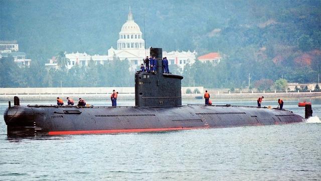 Trong lực lượng tàu ngầm của Hạm đội Nam Hải hiện nay có khoảng 8 tàu ngầm thế hệ cũ lớp Minh. Chưa kể đến các thế hệ tàu ngầm hiện đại hơn thì những tàu lớp Minh này vẫn đủ sức đe dọa hạm đội hải quân Philippines do hiện nay khả năng chống ngầm của lực lượng này chỉ là con số 0. (Trong ảnh: Tàu ngầm lớp Minh).