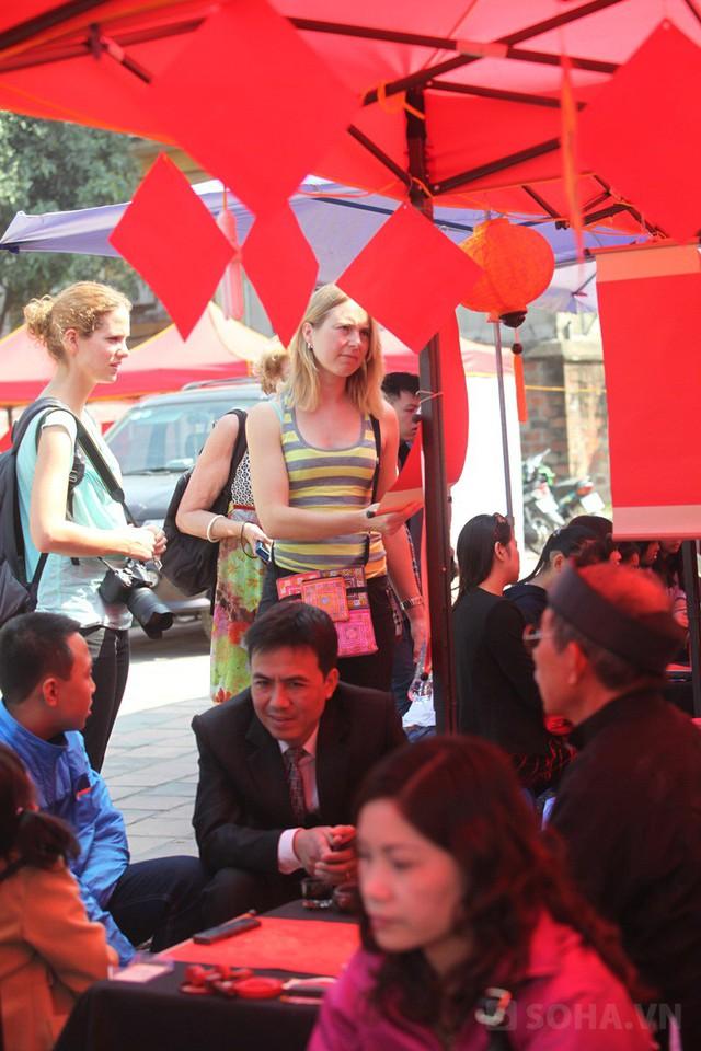 Các du khách nước ngoài vào khu phố ông đồ được cấp phép để tham quan