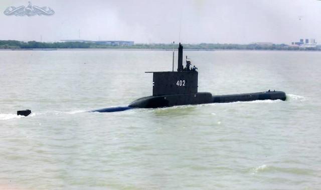 Về tàu ngầm, hiện nay hải quân Indonesia có 2 tàu ngầm lớp Cakra. Đây là các tàu ngầm Type 209/1300 do Đức chế tạo. Tàu ngầm lớp Cakra có lượng giãn nước khi lặn là 1.390 tấn, tốc độ khi lặn là 21,5 hải lý/giờ, tàu có 8 ống phóng ngư lôi cỡ 533mm (Trong ảnh là tàu ngầm KRI Nanggala số hiệu 402)