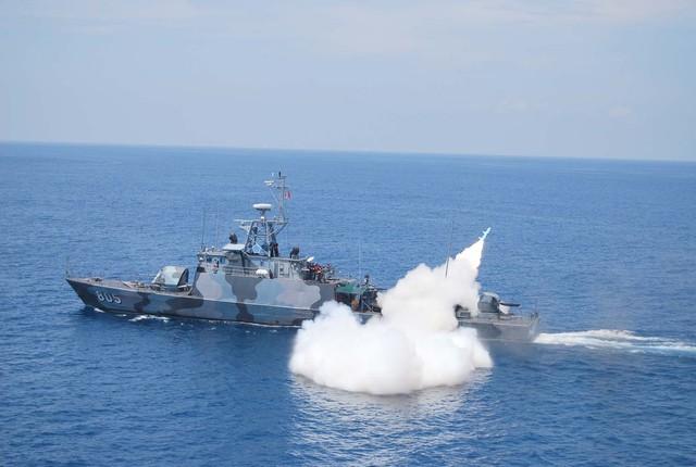 Còn đây là tàu lớp Todak có lượng giãn nước 447 tấn, tốc độ tối đa 27 hải lý/giờ. Vũ khí trang bị trên tàu gồm có: 1 pháo 57mm, 1 pháo 40mm, 2 pháo 20mm, 2 tên lửa chống hạm C-802