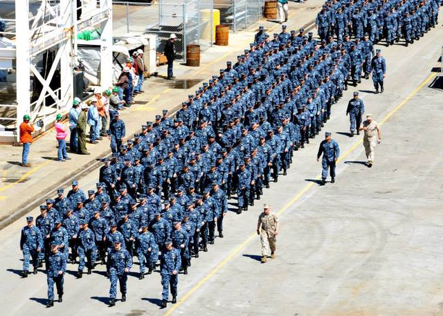 Hơn 900 thuỷ thủ và lính thuỷ quân lục chiến tham dự buổi lễ tiếp nhận