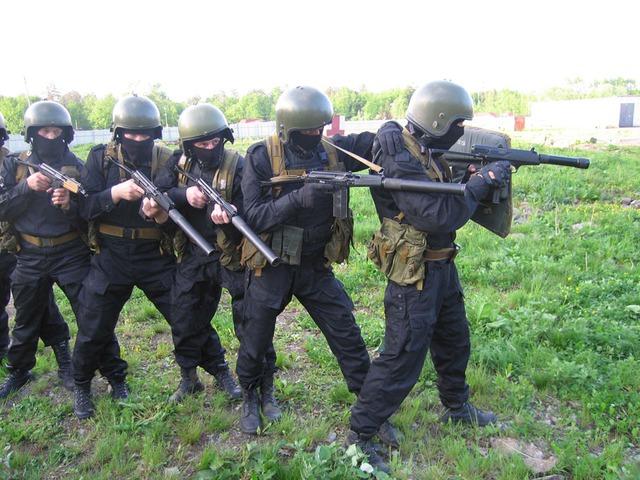 Đặc nhiệm Nga (người lính đầu hàng) sử dụng súng tiểu liên AEK-919K.
