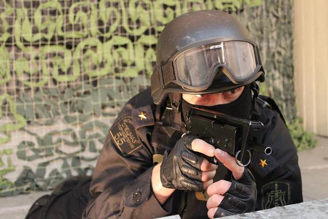 Lính thuộc Lực lượng phòng chống ma túy Nga sử dụng súng tiểu liên PP-91.
