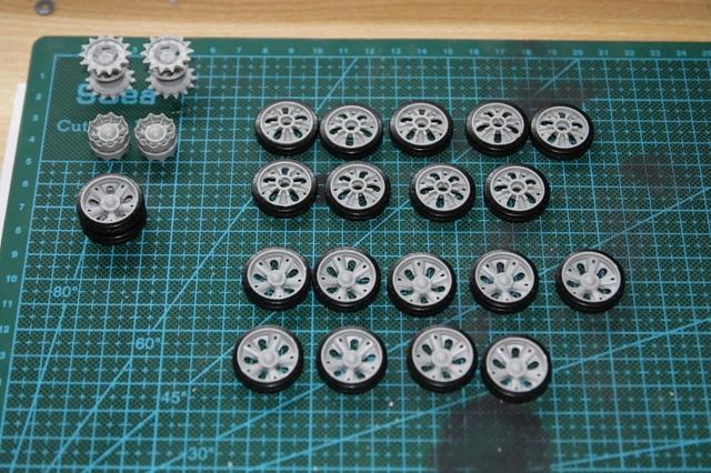 Công đoạn đầu tiên là dán bánh xe, mỗi bánh xe có 2 nửa