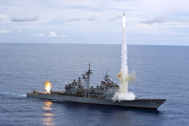 Tuần dương hạm USS Cowpens (CG-63) phóng tên lửa đánh chặn SM-2.