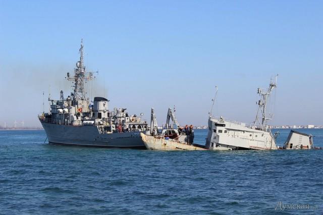 Tàu Cherkasy đang buộc dây vào xác con tàu nhỏ.